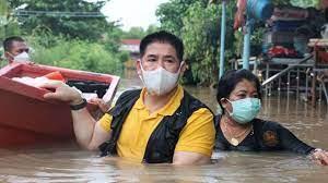 ธรรมนัส' ลุยน้ำท่วมถึงอก ช่วยชาวบ้านอยุธยา ย้ำ ห้ามบอกว่าผมคือใคร | Thaiger  ข่าวไทย