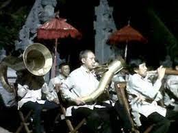 Kelompok musik bambu klarinet manguni makasiow adalah salah satu kelompok yang masih aktif sampai saat ini. Musik Bambu Minahasa Bambu Indonesia
