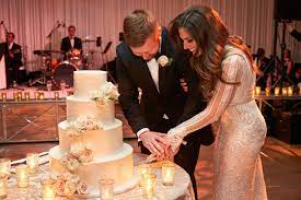 Accompany the ceremony of cutting your wedding cake with a specially selected song. 14 Songs You Can Play For Your Cake Cutting