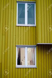 Gelbe Wand Holzhaus Zwei Weiße Fenster Lizenzfreie Fotos Bilder Und