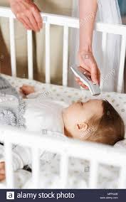 Mutter Mit Digitalen Thermometer Prüfen Temperatur Von Babys In Der