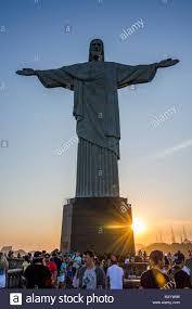 Cristo Redentore statua con i turisti al tramonto, monte Corcovado, Rio de  Janeiro, Brasile Foto stock - Alamy