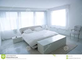 Camera da letto bianca moderna della casa con il pavimento di