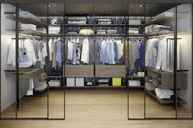 Offener Kleiderschrank Staub