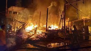 ระทึกไฟไหม้ร้านเหล้า ลามไหม้บ้าน ส.ส.พปชร. กลางเมืองแม่ฮ่องสอน วอด 4หลัง  8คูหา - ข่าวสด