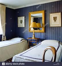 Schlafzimmer Mit Blau Gestreifte Tapete.