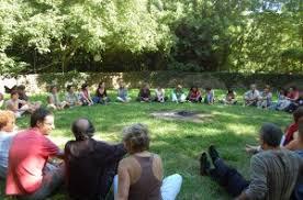Resultat d'imatges de fotos personas reunidas
