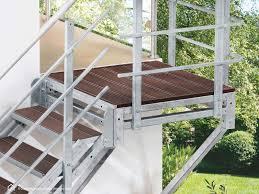Der große vorteil dieser treppenart liegt darin, dass man keine rundungen oder wendelungen in die konstruktion mit integriert, sondern über das podest den richtungswechsel der treppe ermöglicht. Aussentreppen Mit Podest Beliebte Balkontreppe In Den Garten