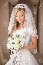 美しい花嫁の花結婚式のメイク髪型ブライダル ベールの花束と女性