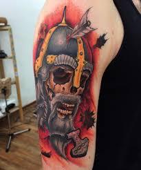 фото крутой татуировки черепа в стиле нью скул на плече парня фото