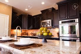 Pavimento scuro cucina: piastrelle per il pavimento della cucina