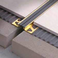 Dehnungsfuge bei großflächig gefliesten böden kann es durch den einfluss von wärme und kälte zu rissbildungen kommt. Aluminium Dehnungsfuge Coflex Cbl Profilitec Messing Fur Fussboden