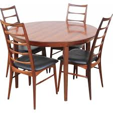 round scandinavian dining table made of rio rosewood with extensions for 6 10 people