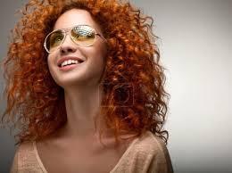 Fotografia Zrzavé Vlasy Krásná žena S Dlouhými Kudrnatými Vlasy A