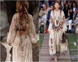 Лёгкие платья с затейливыми узорами, кимоно с бахромой, летние замшевые сапоги, льняное кружево, бисер и вышивка. Plate V Stile Boho Foto Trendy Modeli Fasony 2021 2022