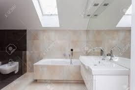 Badezimmer Interieur Mit Beige Und Braune Fliesen An Wänden