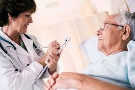 Người già cần được thăm khám bác sỹ khi bị nhức đầu chóng mặt