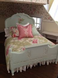 pale blush green panted bed wth cabbage rose prnt
