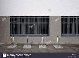 Moderne Und In Reihe Angeordnet Fahrradständer Aus Edelstahl Vor Der