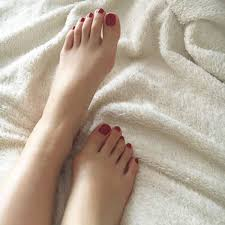 冬のセルフペディキュアは赤自分の足元にドキッとする色っぽフット