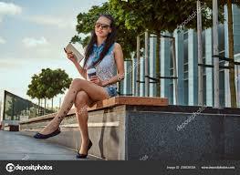 счастливый красивая брюнетка девушка тату ноге носить модную одежду