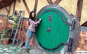Pereka Christie Wolf Membina Rumah Hobbit