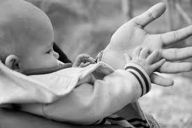 Resultado de imagem para filho segurando a mao do pai
