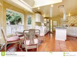 Stanza della cucina dellavorio con la parete di pietra della