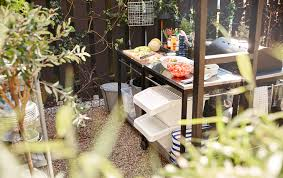 Make a modular outdoor kitchen with the help of a grill and 4 utility carts