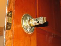 How To how to fix a door knob latch pics : Remove a door knob that has no screws??? | Mike's Tech Blog