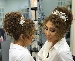 تسريحات شعر كيرلي جديدة لعروس الموسم تعرفي عليها مع زفافي