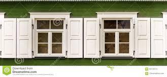 Zwei Fenster Mit Offenen Weißen Vorhängen Auf Einem Alten Holzhaus