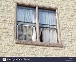 Box Ventilator Im Fenster Eines Alten Mehrfamilienhauses Stockfoto