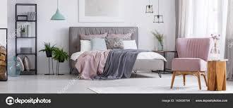 Rosa Stuhl Im Schlafzimmer Stockfoto Photographeeeu 163630794