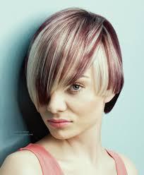 Korte Haarsnit Met Intense Haarkleuren In Paars En Platina Blond