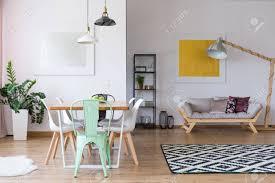 Mint Stuhl Am Esstisch In Geräumigen Raum Mit Pflanze Sofa Gemälde