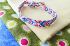part two of the friendship bracelet series is here this time i ll show you how to do a forward knot and how to make a chevron friendship bracelet using