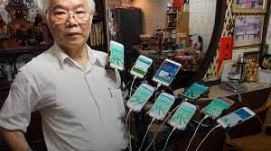 Grandfather plays Pokemon Go with 11 phones attached to his bike
