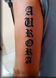 фото тату надписи в готическом стиле на бицепсе парня фото