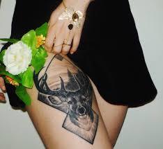 фото татуировки оленя в стиле реализм на бедре девушки фото