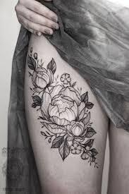 татуировка женская графика на бедре цветы пиона мастер дарья Iki