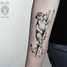 татуировка мужская графика на предплечье лемур Art Of Pain