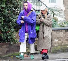 The 1975 frontman matty healy was spotted holding hands with singer fka twigs as the pair attended rupaul's dragcon uk together over the weekend, sparking rumours that they're dating. Fka Twigs Exclusive Singer Pictured For The First Time Since Accusing Ex Shia Labeouf Of Abuse Eminetra New Zealand