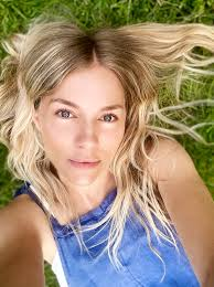 Сиенна роуз диана миллер (англ. Sienna Miller On Home Haircuts Good Skin And The Fascinating And Ultimately Terrifying World Of Fox News Vanity Fair