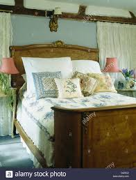 Weißen Kissen Und Gemusterten Kissen Auf Antiken Burr Walnuss Bett