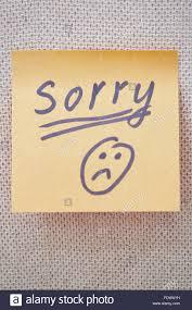 Selbstklebende Hinweis mit Sorry Text und traurige Smiley auf einem Etikett  Stockfotografie - Alamy