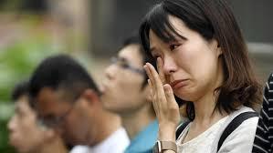 أناس يصلون لأرواح ضحايا استوديو كيوتو أنميشن | عبر وكالة كيودو