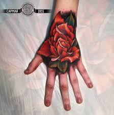 красная роза на кисти руки фото татуировок