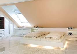 Mit freundlichen farben, gemütlichen wohntextilien und dem bett am richtigen fleck wirkt das dachzimmer einladend und versprüht eine atmosphäre der geborgenheit. Einrichtungen Fur Mansarden Und Dachschragen Urbana Mobel Dachzimmer Einrichten Schlafzimmer Dachschrage Schlafzimmer Einrichten
