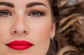 professional makeup for brunette with green eyes red lipstick smoky